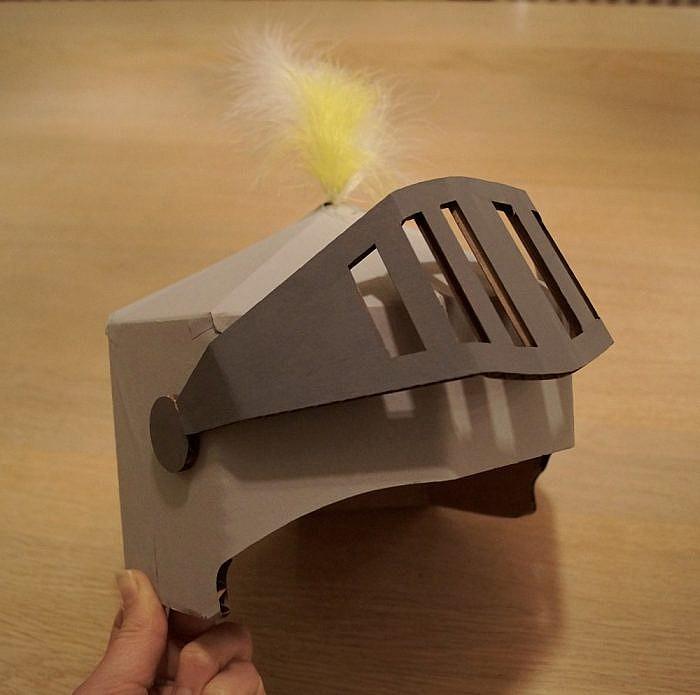 Casque chevalier en carton découpé laser