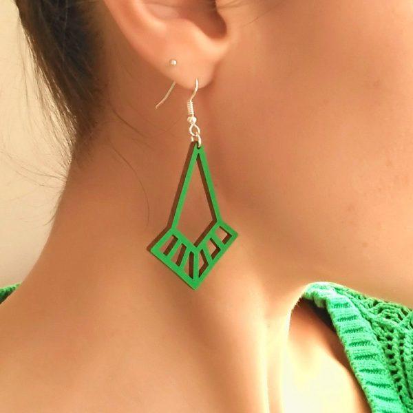 Boucles d'oreilles art déco vert émeraude portées