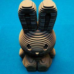 Assemblage de la tirelire lapin en carton 3D